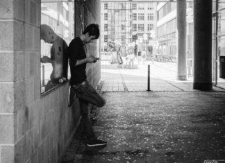 Mann wartet vor Ticketschalter