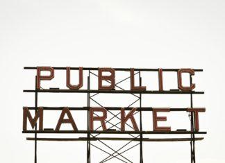 """Eine Neonreklame (bei Tageslicht) mit der Aufschrift """"Public Market"""""""