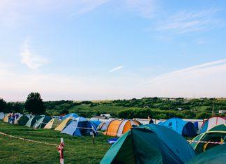 Eine Wisse, auf der viele bunte Zelte in Reihen stehen