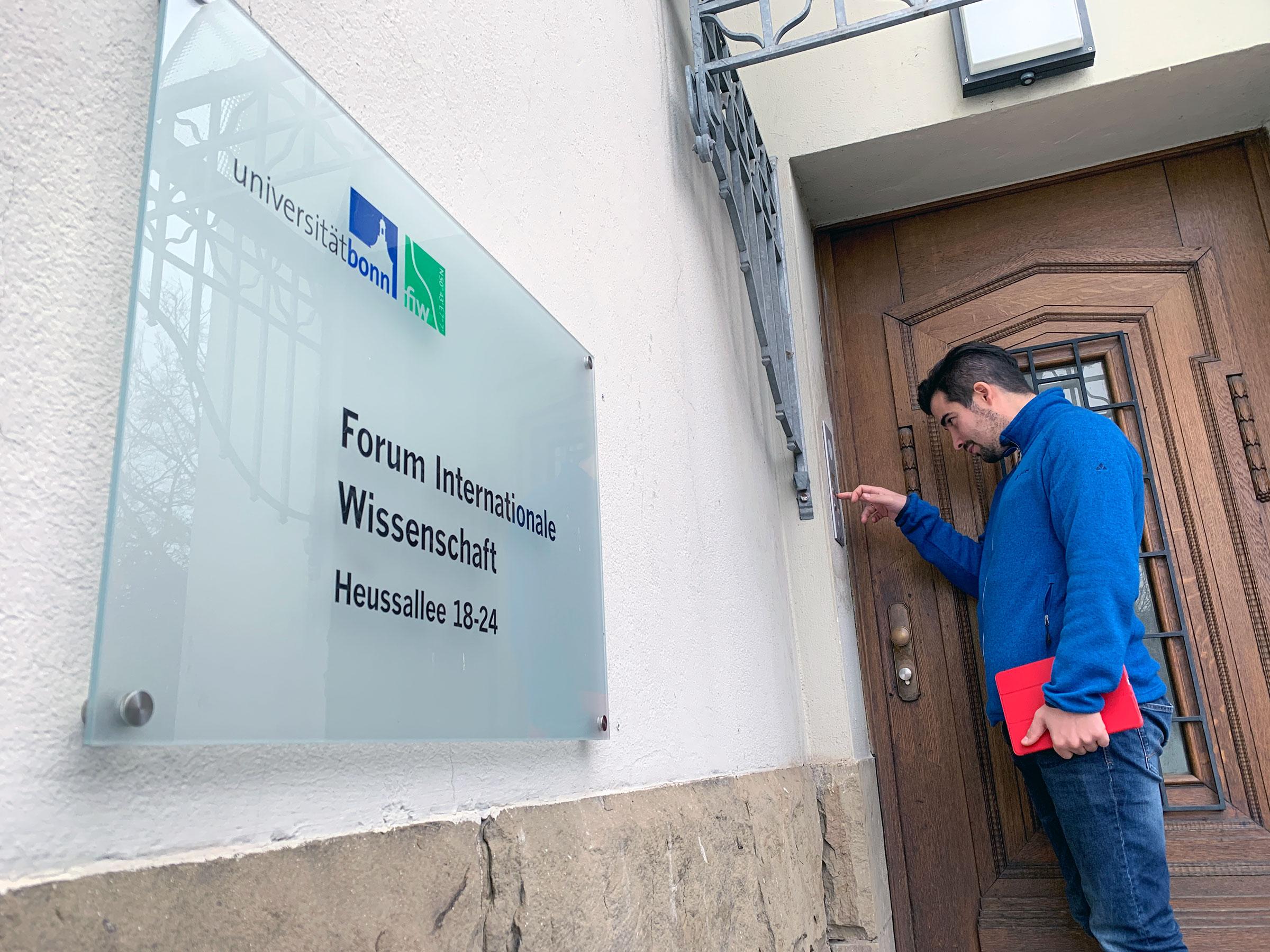 Sascha klingelt an der Tür vom Forum Internationale Wissenschaft